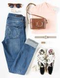 Stilvolle Frauenkleider eingestellt Frauen-/Mädchenausstattung auf weißem Hintergrund Blue Jeans, Druckturnschuhe, Weinlesekamera lizenzfreies stockfoto