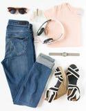 Stilvolle Frauenkleider eingestellt Frauen-/Mädchenausstattung auf weißem Hintergrund Blue Jeans, rosa T-Shirt, Streifen zwängen, lizenzfreie stockfotos