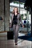 Stilvolle Geschäftsfrau, die das Hotel betritt Stockfotografie