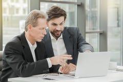 Stilvolle Geschäftsmänner, die im Büro arbeiten stockfoto