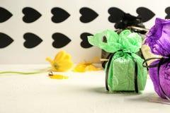 Stilvolle Geschenke auf Tabelle stockfotografie