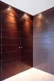 Stilvolle hölzerne Türen der Garderobenmöbel Stockbilder