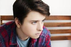 Stilvolle hübsche Aufstellung des jungen Mannes Atelieraufnahme auf weißem Hintergrund Lizenzfreie Stockfotos