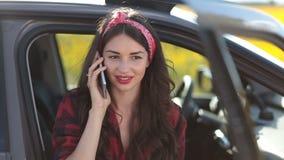 Stilvolle Hippie-Frau, die am Telefon im Auto spricht stock footage