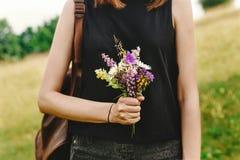 Stilvolle Hippie-Frau mit dem Rucksack, der wildf erfasst und hält Stockbilder