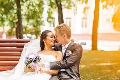 Stilvolle Hochzeitspaarbraut im weißen Kleid und Lizenzfreies Stockbild