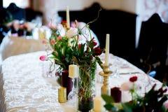 Stilvolle Hochzeitstafeldekoration Stockfotos