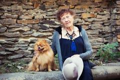 Stilvolle 90 Jahre alte Frau, die um Stadt gehen Lizenzfreies Stockbild