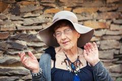 Stilvolle 90 Jahre alte Frau, die um Stadt gehen Stockfotografie