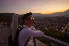 Stilvolle jugendlich mit Sonnenbrillen lehnen sich auf Geländern hoch vor Stockfoto