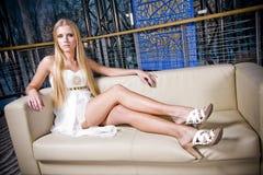 Stilvolle Jugendliche auf Sofa Stockfotografie