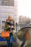 Stilvolle junge blonde Frau auf Winter-Art-Mode Lizenzfreie Stockbilder