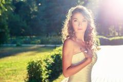 Stilvolle junge Braut draußen am Natur-Hintergrund Lizenzfreies Stockfoto