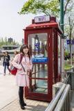 Stilvolle junge chinesische Frau in einer Straße von Shanghai-Porzellan Lizenzfreie Stockfotografie