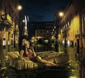Stilvolle Dame, die unter antiken Gebäuden treibt Lizenzfreie Stockfotografie