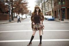 Stilvolle junge Frau auf Straße Lizenzfreies Stockfoto