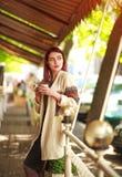 Stilvolle junge Frau auf Terrasse des Sommerrestaurants mit Tasse Kaffee stockbilder