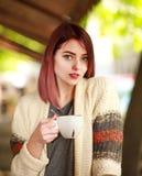 Stilvolle junge Frau auf Terrasse des Sommerrestaurants mit Tasse Kaffee lizenzfreies stockbild
