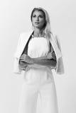 Stilvolle junge Frau in der weißen Kleidung Lizenzfreies Stockbild