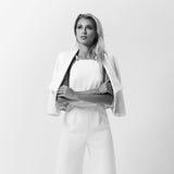 Stilvolle junge Frau in der weißen Kleidung Stockfoto