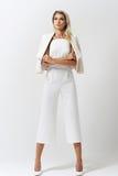 Stilvolle junge Frau in der weißen Kleidung Stockbild