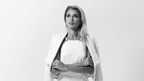 Stilvolle junge Frau in der weißen Kleidung Lizenzfreies Stockfoto