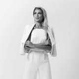 Stilvolle junge Frau in der weißen Kleidung Stockfotografie