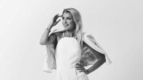 Stilvolle junge Frau in der weißen Kleidung Stockfotos