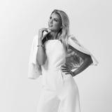 Stilvolle junge Frau in der weißen Kleidung Stockbilder