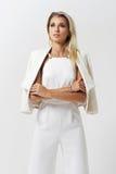 Stilvolle junge Frau in der weißen Kleidung Lizenzfreie Stockbilder