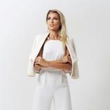 Stilvolle junge Frau in der weißen Kleidung Lizenzfreie Stockfotos