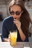 Stilvolle junge Frau am Freienlebensmittelplatz lizenzfreies stockfoto