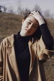 Stilvolle junge Frau heraus für einen Weg Stockfotos