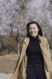Stilvolle junge Frau heraus für einen Weg Stockfoto