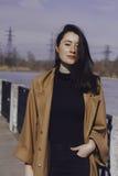 Stilvolle junge Frau heraus für einen Weg Stockbilder
