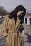 Stilvolle junge Frau heraus für einen Weg sie kleidete und die modernen Blicke sehr an Stockbild