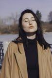 Stilvolle junge Frau heraus für einen Weg sie kleidete und die modernen Blicke sehr an Stockfotografie