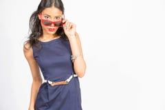 Stilvolle junge Frau im blauen Kleid Stockfotografie