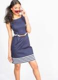Stilvolle junge Frau im blauen Kleid Lizenzfreie Stockfotos