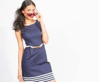 Stilvolle junge Frau im blauen Kleid Stockfoto