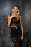 Stilvolle junge Frau im schwarzen Spitzenoberteil und im Rock Lizenzfreie Stockfotos