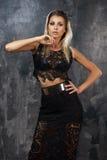 Stilvolle junge Frau im schwarzen Spitzenoberteil und im Rock Lizenzfreies Stockfoto