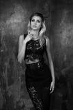 Stilvolle junge Frau im schwarzen Spitzenoberteil und im Rock Stockbilder