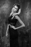 Stilvolle junge Frau im schwarzen Spitzenoberteil und im Rock Stockbild