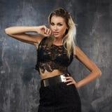 Stilvolle junge Frau im schwarzen Spitzenoberteil und im Rock Stockfotos