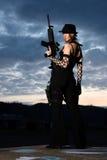Stilvolle junge Frau mit Gewehr Lizenzfreie Stockfotografie