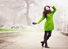 Stilvolle junge Frau in nebeligen Autumn Day Lizenzfreie Stockfotografie