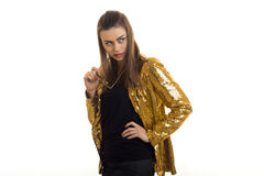 Stilvolle junge Frauen in der Jacke des strahlenden Golds Stockfoto