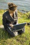 Stilvolle junge Geschäftsfrau durch Lake Stockfotografie