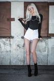 Stilvolle junge Modellaufstellung im Freien Lizenzfreie Stockfotos